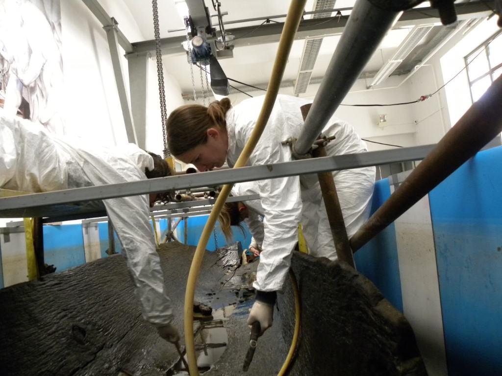 Čiščenje površine deblaka, ki je mestoma težko dostopna