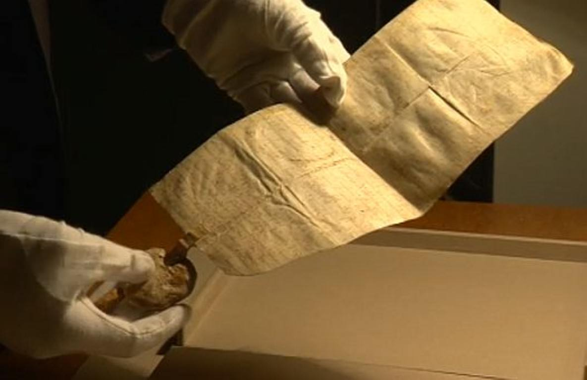 Najstarejša pergamentna listina v arhivu je listina oglejskega patriarha Ulrika II. iz leta 1163, s katero podeljuje krstno in pogrebno pravico kapeli sv. Marjete v Velesovem. Foto: MMC RTV SLO