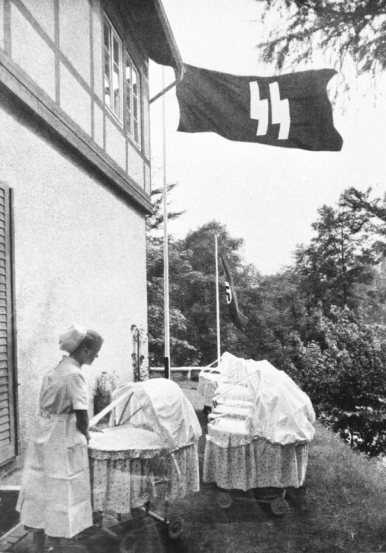 Pred domom Lebensborna. Otroci so morali pogosto na svež zrak. Foto: Bundesarchiv