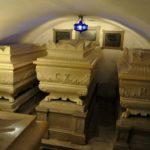 Sarkofagi od leve proti desni: L. XIX (Ludvik XIX., vojvoda Angulemski), C. X. (Karel X.), M. T. (Marija Terezija Charlota, vojvodinja Angulemska). Foto: kraji.eu