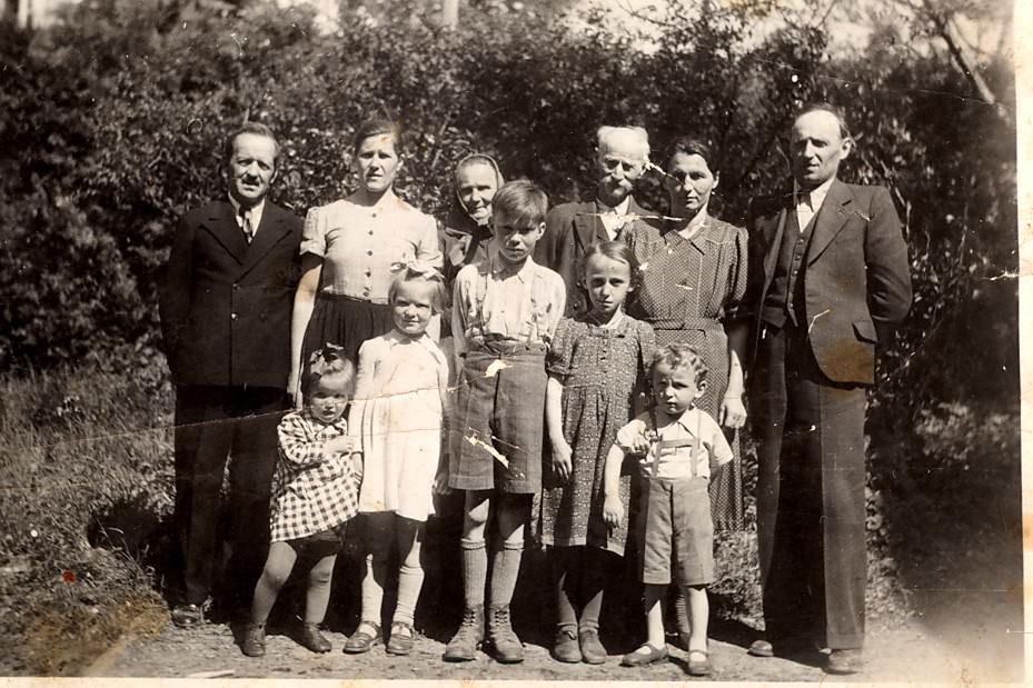 Družina Pristov v izgnanstvu (Anton Pristov stoji v prvi vrsti, prvi otrok iz desne). Vir: Osebni arhiv Antona Pristova.