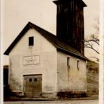 Gasilni dom s stolpom iz leta 1920. Vir: http://pgd-unec.si/o-drustvu/ (dostopno, avgust 2016)