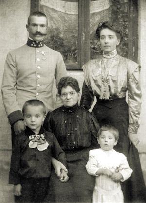 Na sliki z družino v Przemyslu, na desni je žena, v sredini je Maistrova mati, na levi sin Hrvoj, na desni pa sin Borut. Foto: vojskimuzej.si