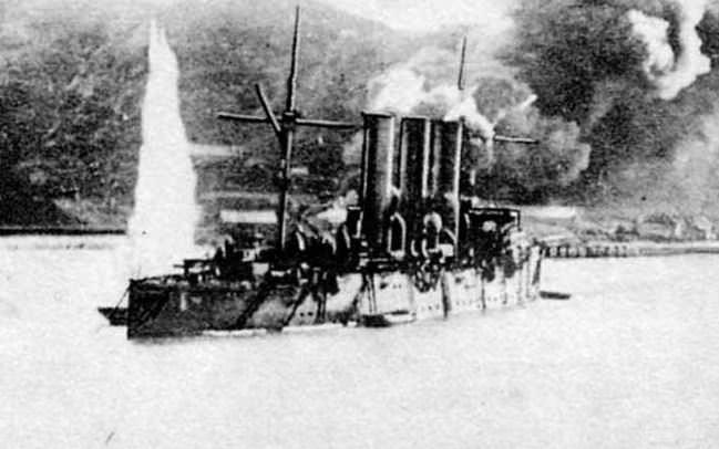 Obstreljevana ruska križarka Pallada pri Port Arthurju.