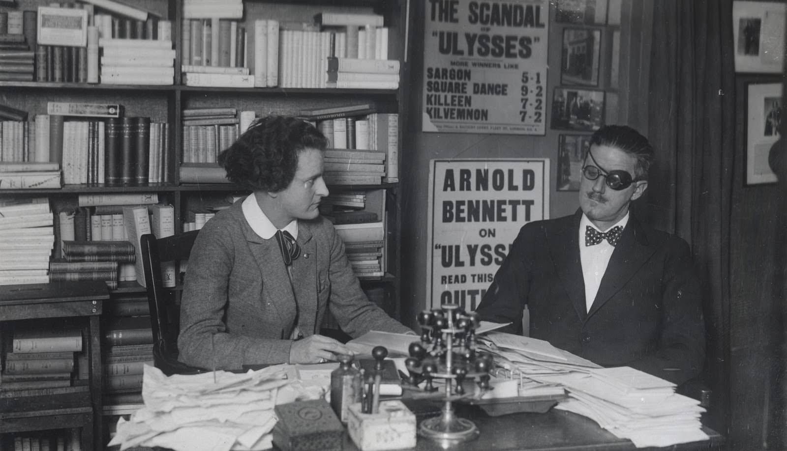 James Joyce in založnica Sylvia Beach.