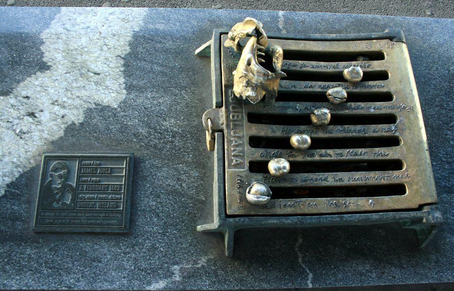 """Spomenik Jamesu Joycu na """"ljubljansko noč."""