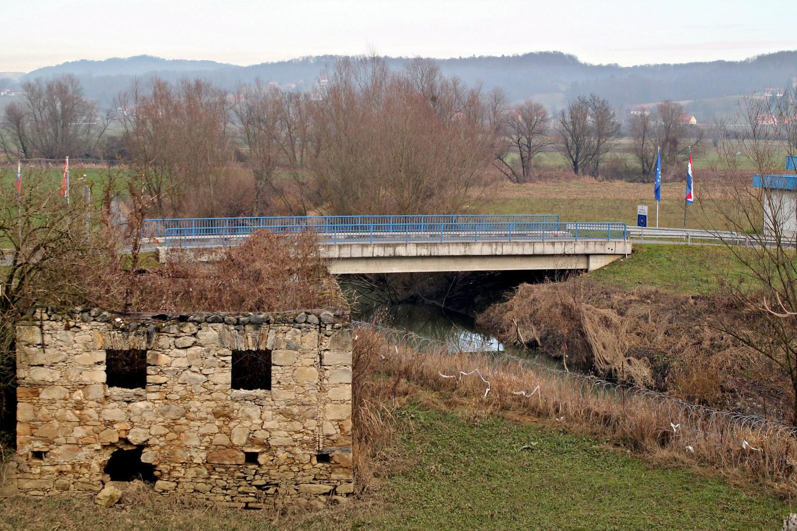 """Na lokaciji prečkanja 14. divizije čez reko Sotlo so kasneje zgradili betonski """"Most bratstva in enotnosti"""", kjer se danes nahaja lokalni mejni prehod Sedlarjevo-Plavić. Foto: Daniel Siter"""