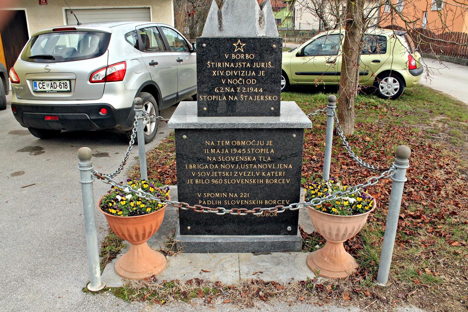 Spominska plošča, posvečena obeleženju spomina na prihod 14. divizije na okupirano štajersko zemljo. Spodnja plošča obeležuje prihod in padle žrtve 1. brigade NOVJ, v kateri so bili tudi pogumni slovenski fantje. Foto: Daniel Siter
