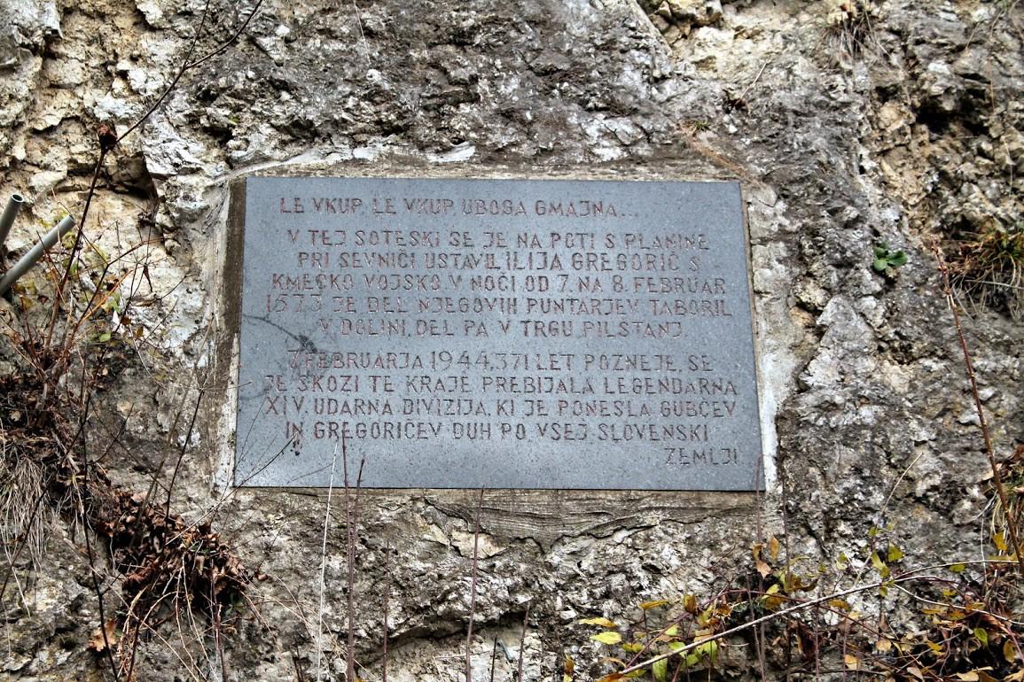 Pod Pilštanjem: Spominsko znamenje, ki je vklesano v živo apnenčasto skalo in posvečeno kmečki uporniški vojski ter XIV. diviziji. Tabla se nahaja v soteski pod Pilštanjem. Foto: Daniel Siter