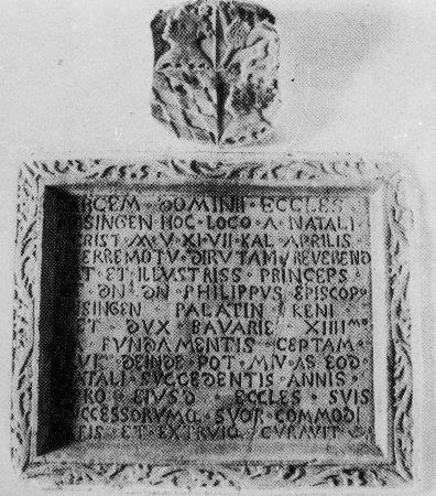 Plošča z latinskim napisom, vzidana na osrednjem stolpu na grajskem dvorišču, govori o obnavljanju loškega gradu. Foto: Arhiv ARSO, Urad za seizmologijo in geologijo