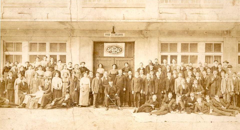 Peter Kozina (na stolu) s svojimi prvimi delavci pred 1. svetovno vojno Foto: Tržiški muzej