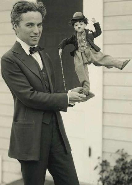 Leta 1916 je Chaplin postal globalni fenomen. Tu oglašuje svoje izdelke ok. leta 1918