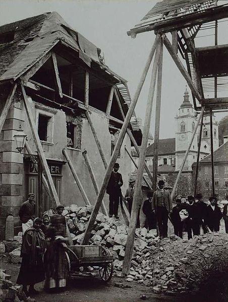 Porušene hiše na mestu sedanjega Pogačarjevega trga, v ozadju ljubljanska stolnica.