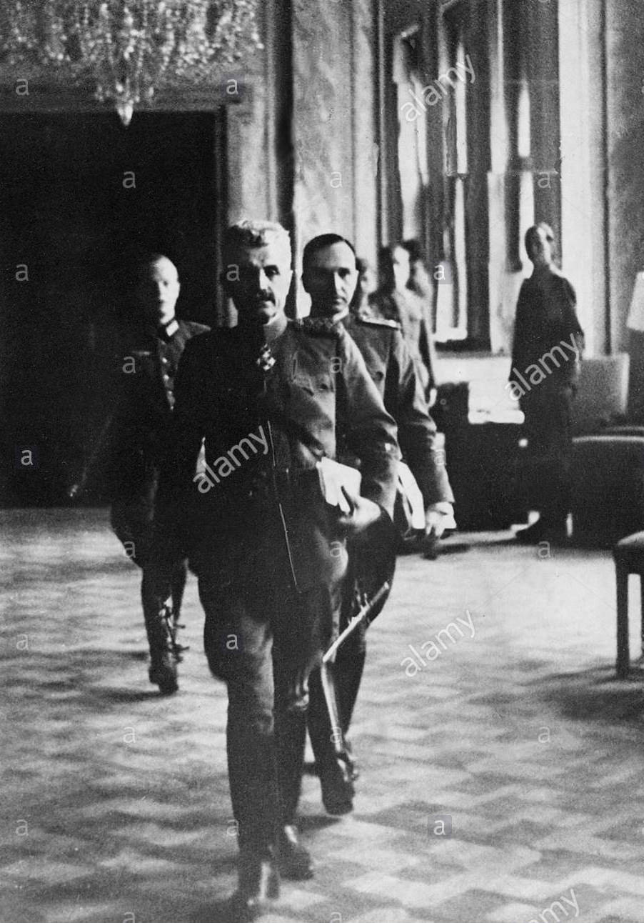 Jugoslovanski general Mihailo Bodi in njegov prihod v prostore nekdanjega češkoslovaškega poslaništva.