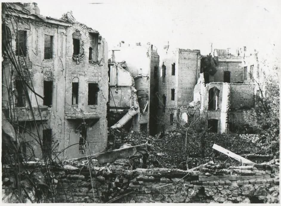 Uničenje Medicinske fakultete v središču Beograda.