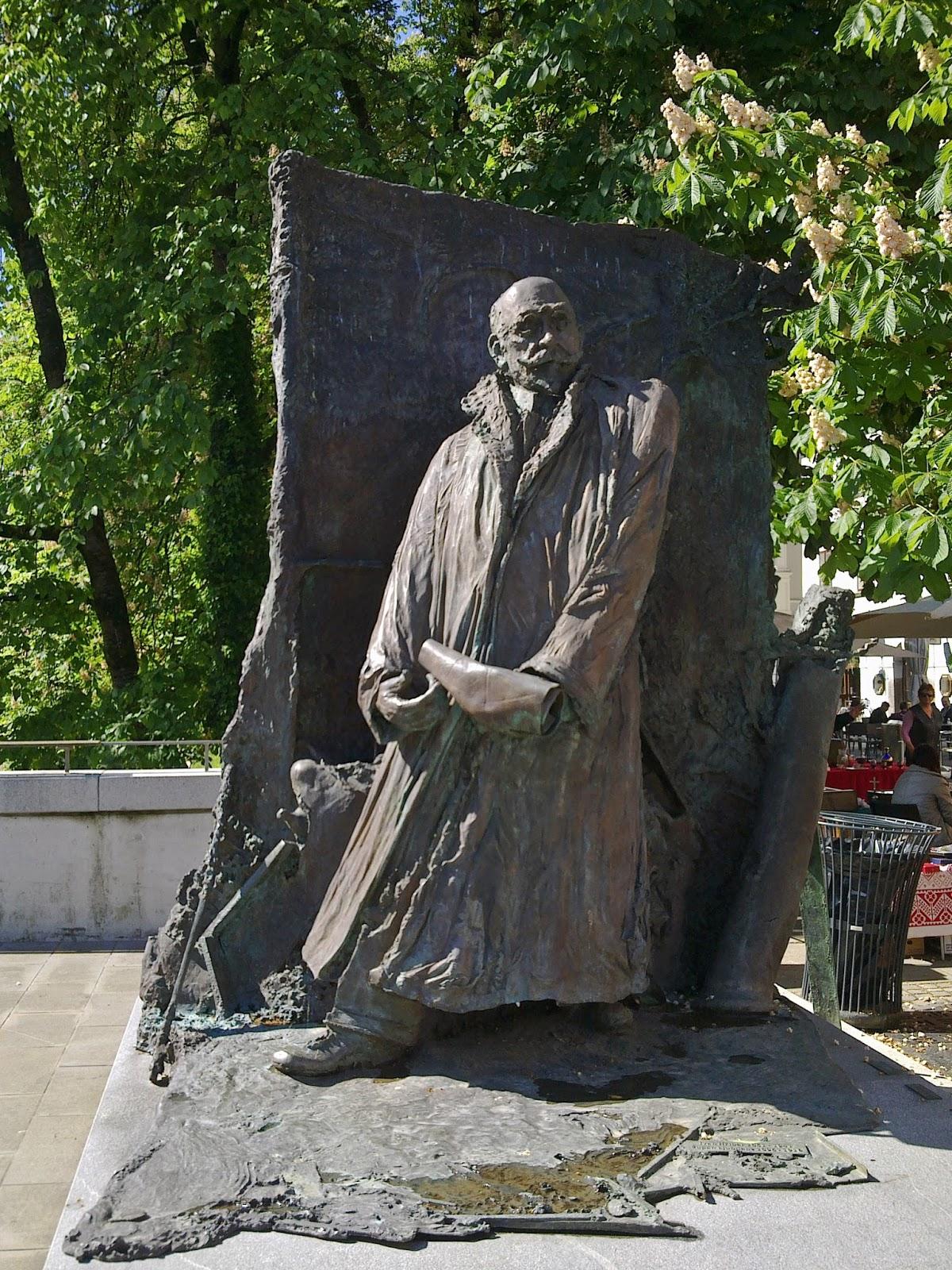 Hribarjev spomenik na obrežju Ljubljanice