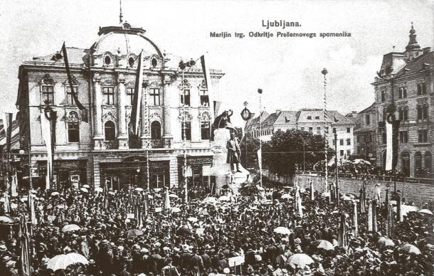 Na odprtje Prešernovega spomenika, ki ga je dal postaviti Ivan Hribar, je prišla množica ljudi iz vse Slovenije. Foto: Dokumentacija Dela