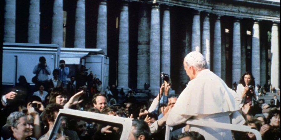 Mehmet Ali Agca poskuša izvesti atentat na papeža Janeza Pavla II.
