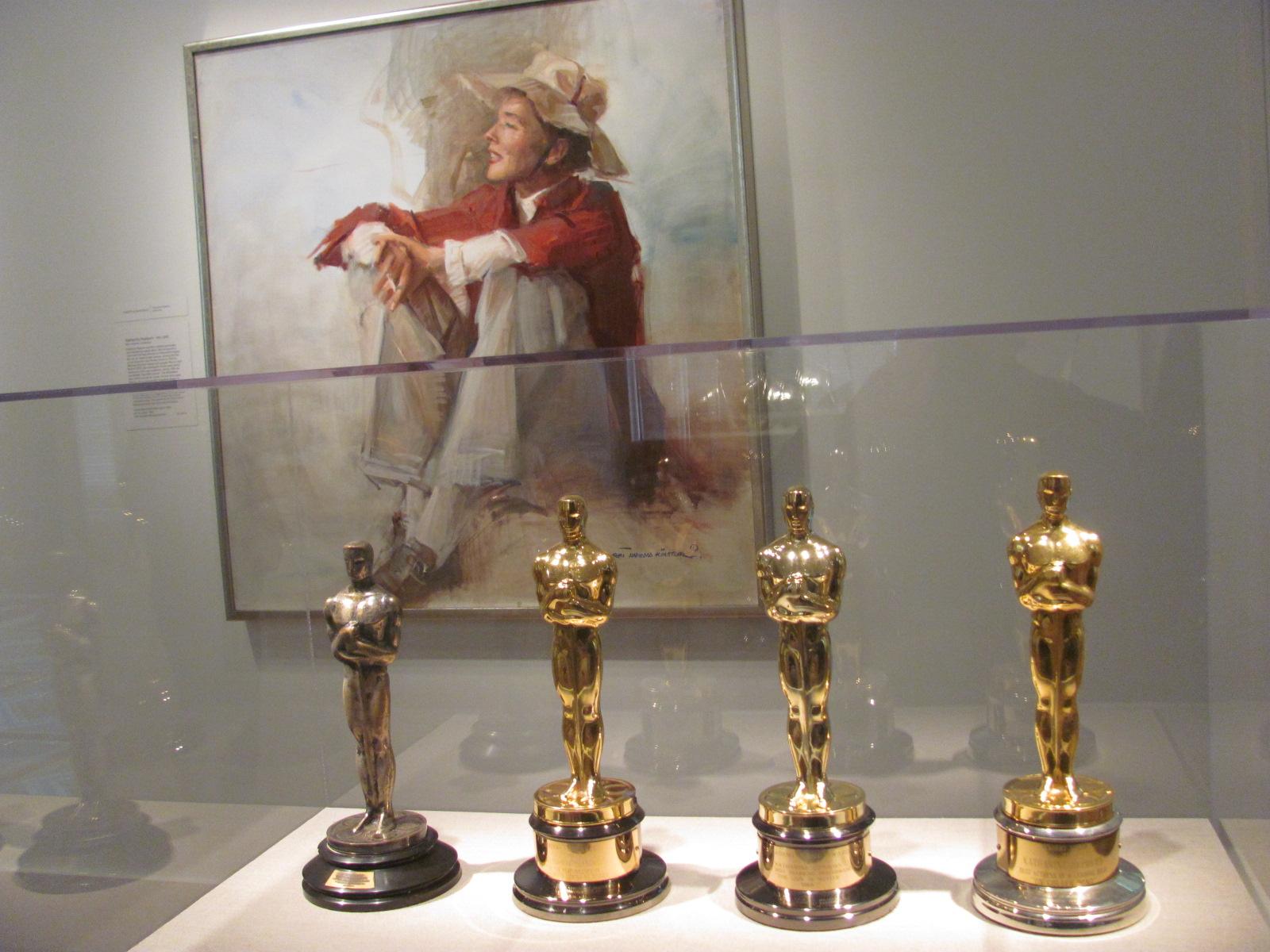 Portret Katharine Hepburn in njeni štirje Oskarji.