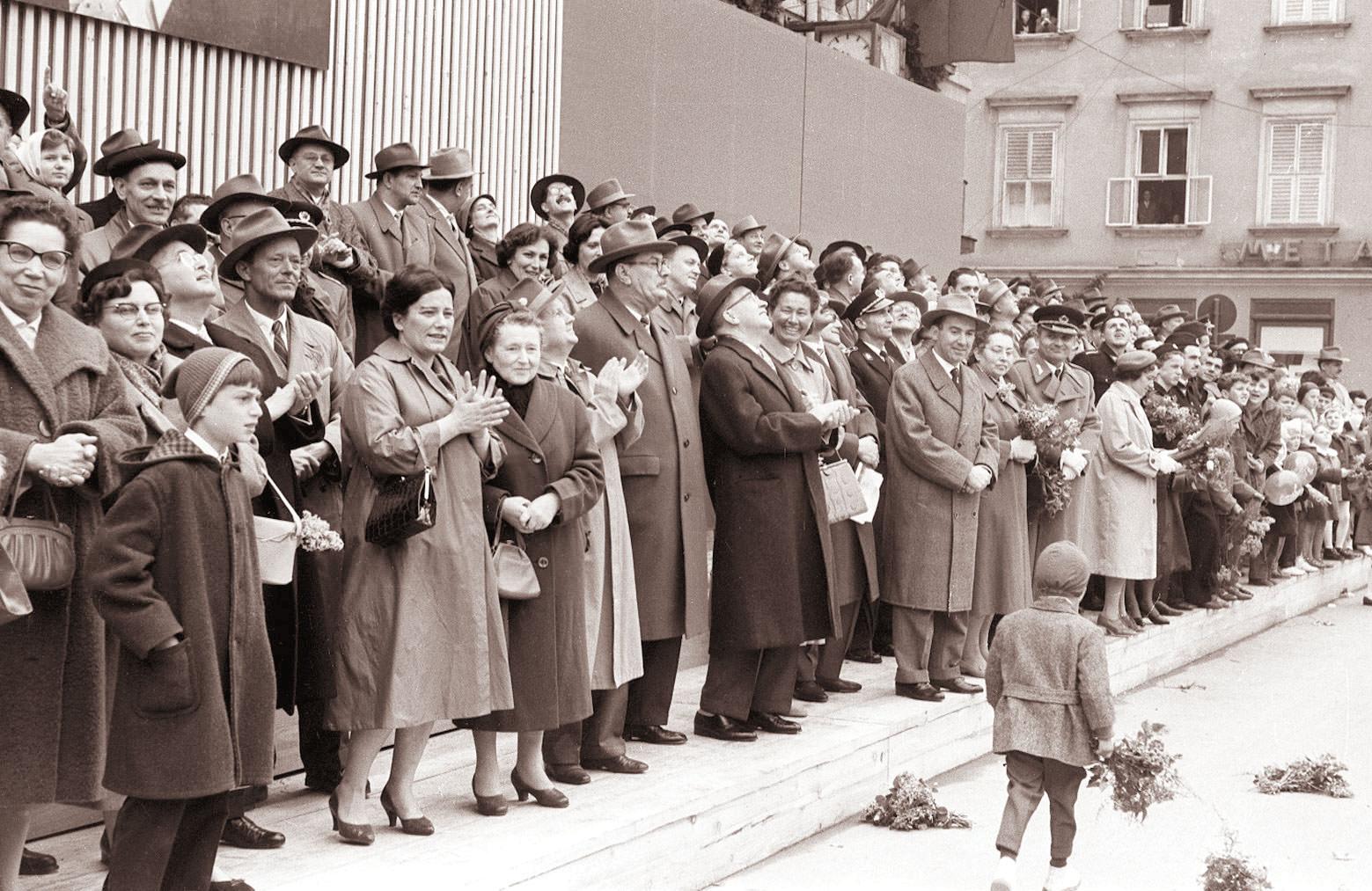 Slovenski politični vrh na prvomajskem sprevodu v Ljubljani leta 1960.