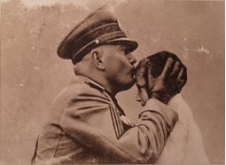 """Mussolini poljublja """"piccolo Italiano"""" Tatjano Miklavič na kobariškem trgu. Foto: hrani družina Miklavič."""