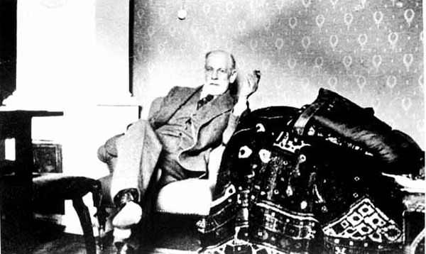 Freud na svojem znamenitem kavču.