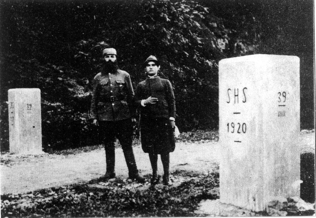 Vojaka kraljevin Italije in SHS ob mejnem prehodu na Osojnici med Žirmi in Idrijo. Vir: Muzej Žiri (http://muzej-ziri.si/portfolio_category/stalne-zbirke/)