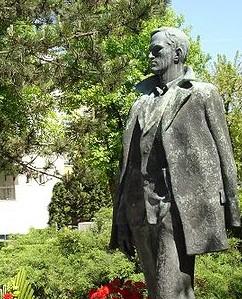 Kip Toneta Tomšiča, delo kiparja Borisa Kalina. Kip stoji v Ljubljani pred osnovno šolo na Poljanah. Foto: casnik.si