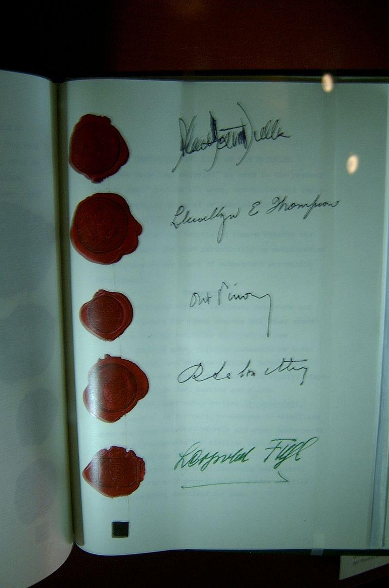 Avstrijska državna pogodba - vidni so podpisi štirih zavezniških ministrov in avstrijskega zunanjega ministra. Foto: Karl Gruber