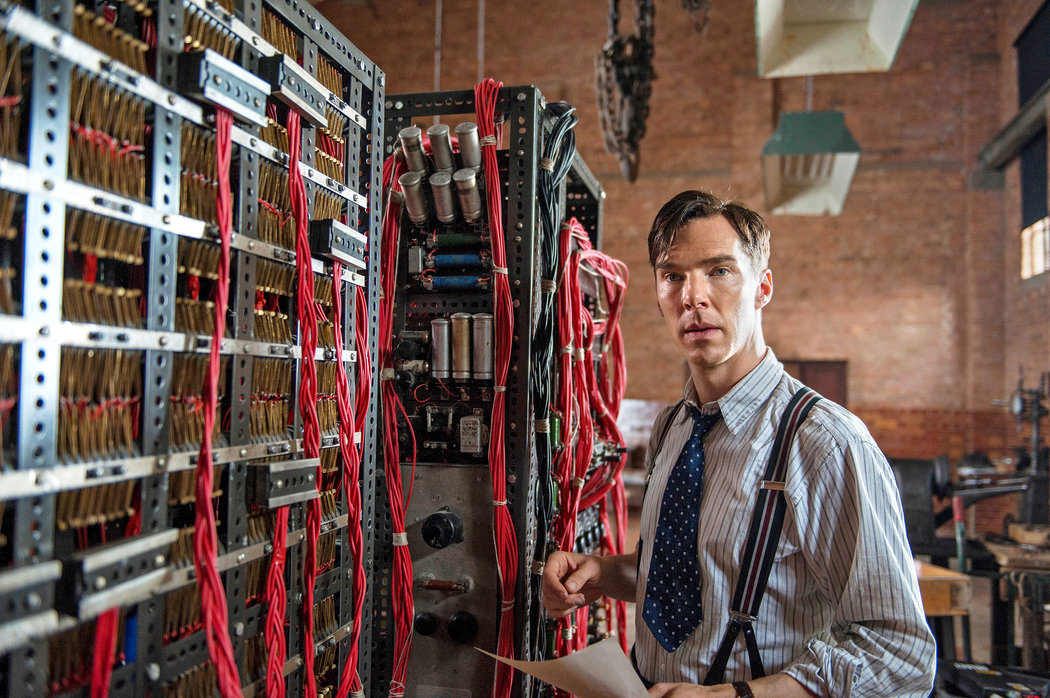 Igralec Benedict Cumberbatch kot Alan Turing v filmu Igra imitacije (The Imitation Game).