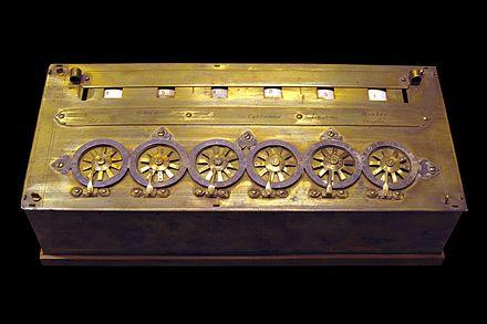Zgodnji Pascalov kalkulator, ki je razstavljen v muzeju (Musée des Arts et Métiers) v Parizu.