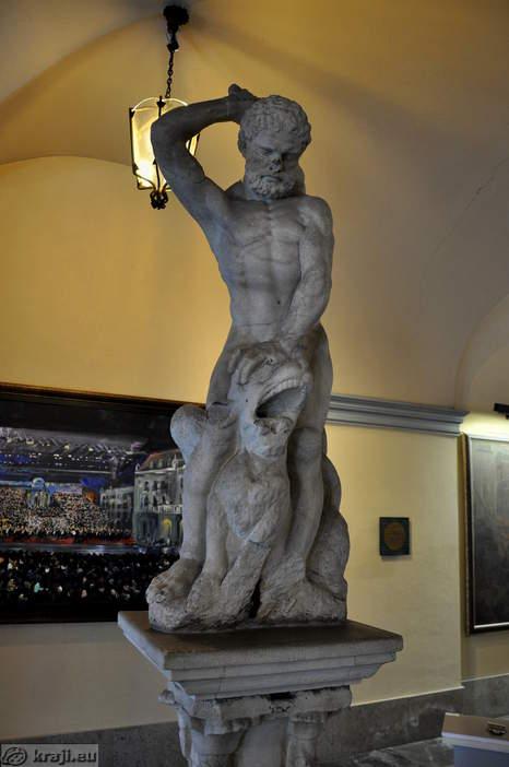 Herkulov kip v Mestni hiši v Ljubljani. kraji.eu