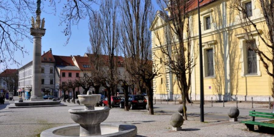 Levstikov trg in kip Herkula