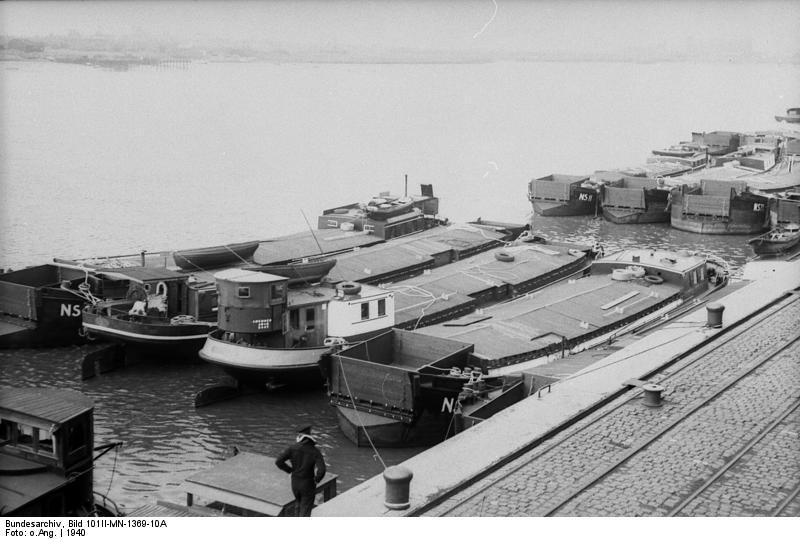 Invazijske barke v nemškem pristanišču Wilhelmshaven.