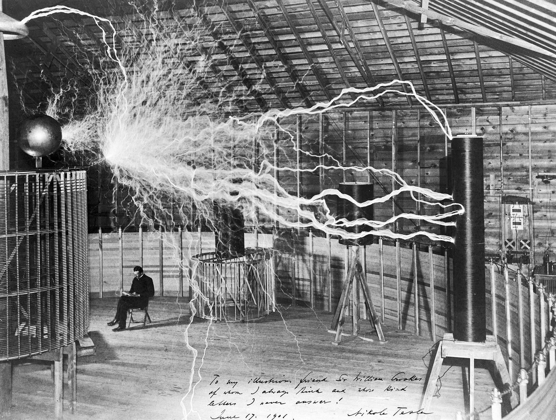 Tesla v svojem laboratoriju v Colorado Springsu leta 1899