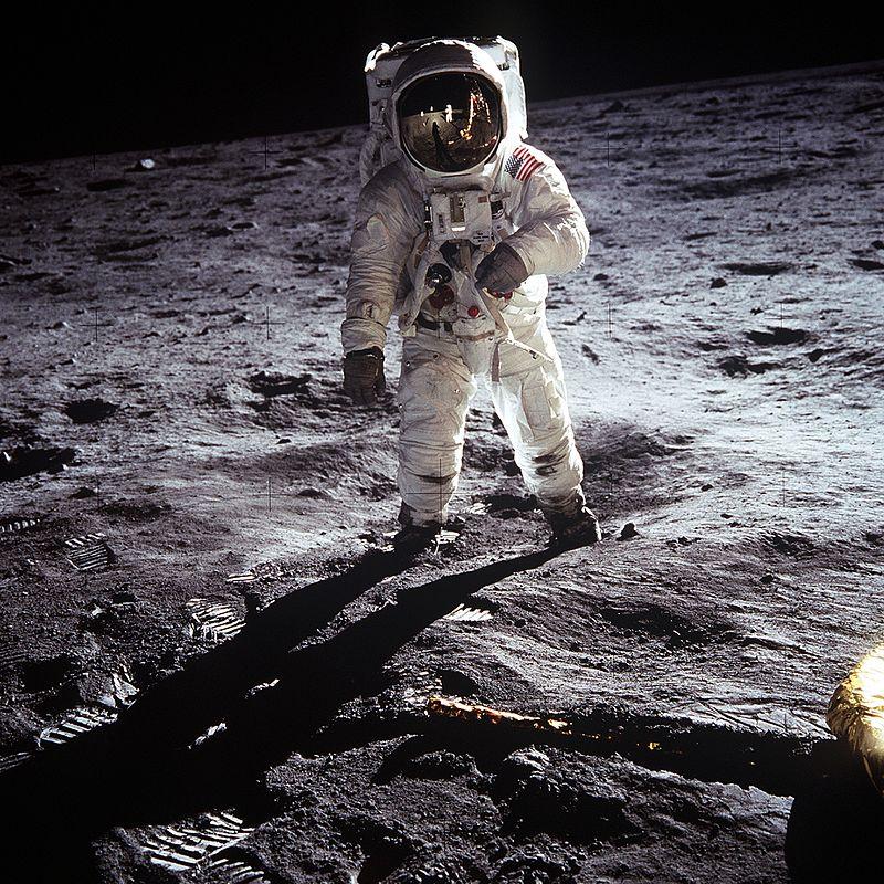 Buzz Aldrin na Luni. Pri tem je lahko Neil Armstrong fotografiral oba s pomočjo odboja na Aldrinovem vizirju. Foto: Wikimedia
