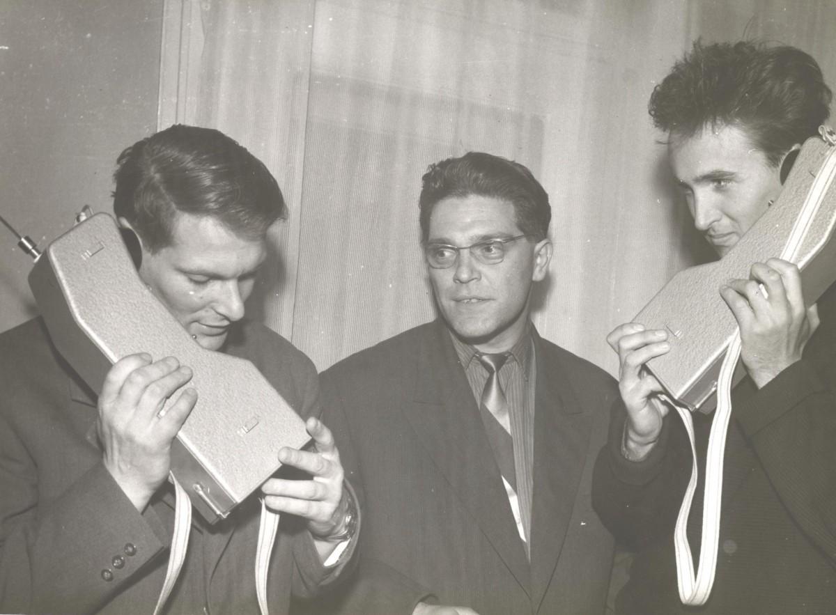 Aleš Kunaver (levo) in Tone Jeglič (desno) preskušata dve radiooddajni postaji pa potrebe prve jugoslovanske himalajske odprave na Trisul leta 1960, med njima radijski strokovnjak za zveze. Foto: friko.si