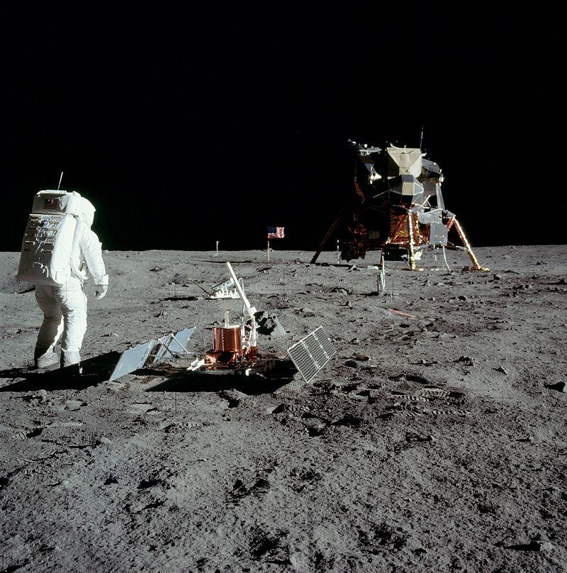 Aldrin stoji zraven pasivnega seizmičnega eksperimenta z lunarnim modulom v ozadju. Foto: Wikimedia