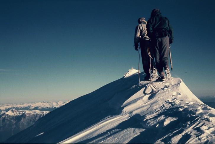 Aleš Kunaver in Ante Mahkota na grebenu med prvim zimskim prečenjem Kamniško-Savinjskih Alp od Kočne do Ojstrice leta 1959. Foto: friko.si