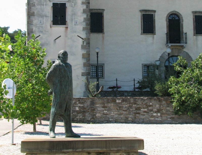 Gradnikov kip pred gradom Dobrovo