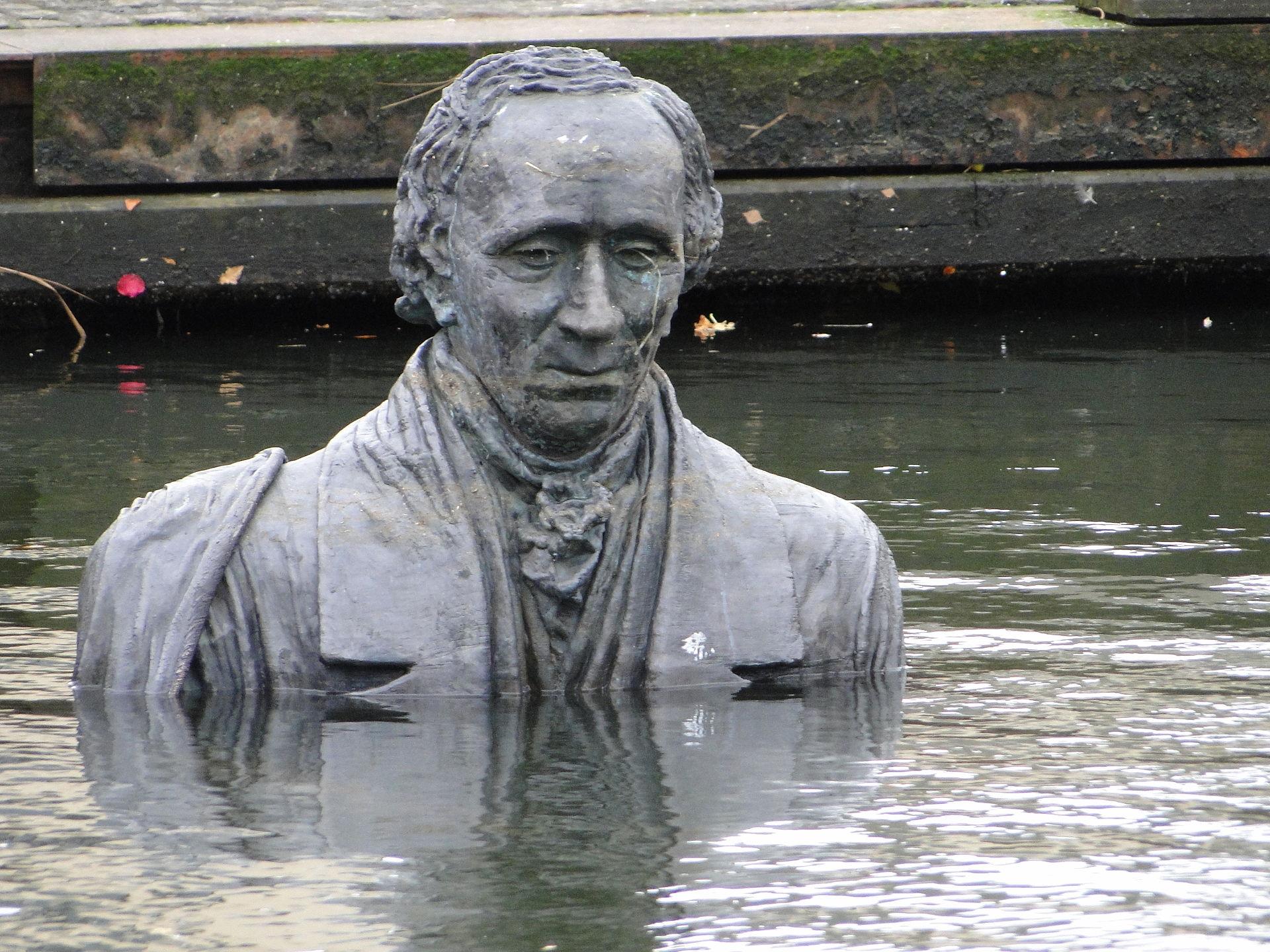 Napol potopljen Andersenov kip v njegovem rojstnem kraju Odense.