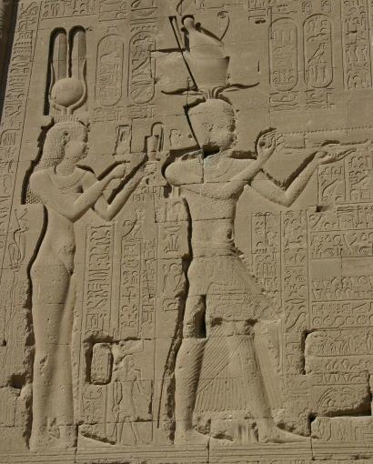 Kleopatra s sinom Cezarionom na templju v Denderah. Foto: Wikimedia