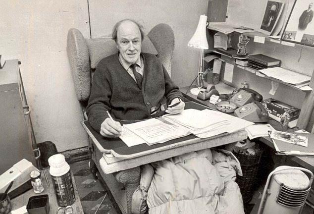 Roald Dahl v svoji pisarni.