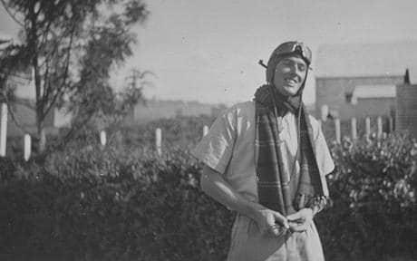 Roald Dahl v pilotski opravi.