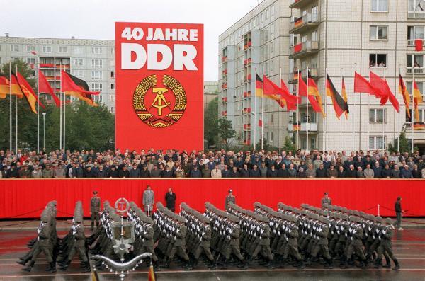 Vojaška parad ob 40. obletnici ustanovitve NDR.