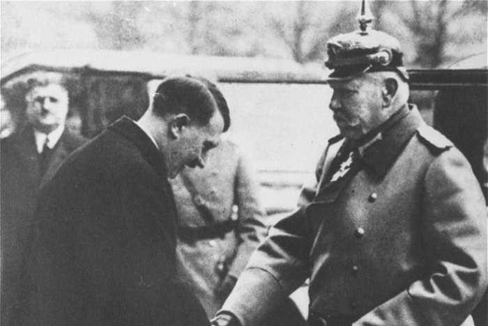Hindenburg in Hitler.