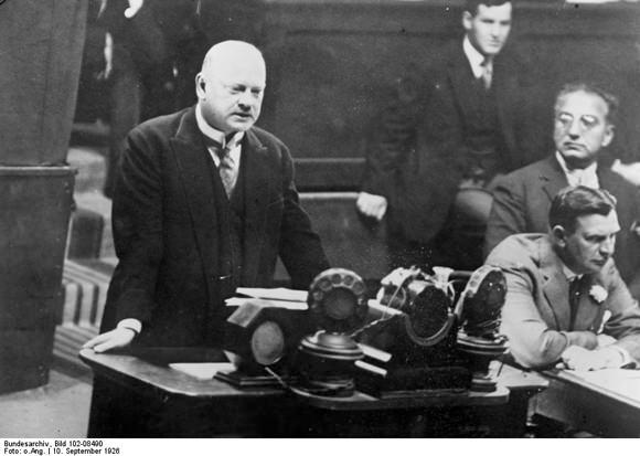 Stressemann nagovarja Društvo narodov v Ženevi.