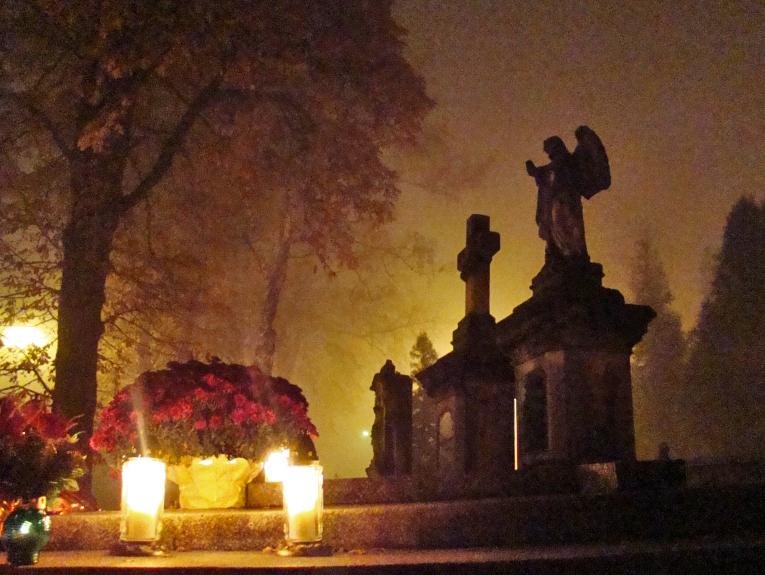 Na dan spomina na mrtve je navada, da se na grobove prinese sveče in rože. Foto: Wikimedia