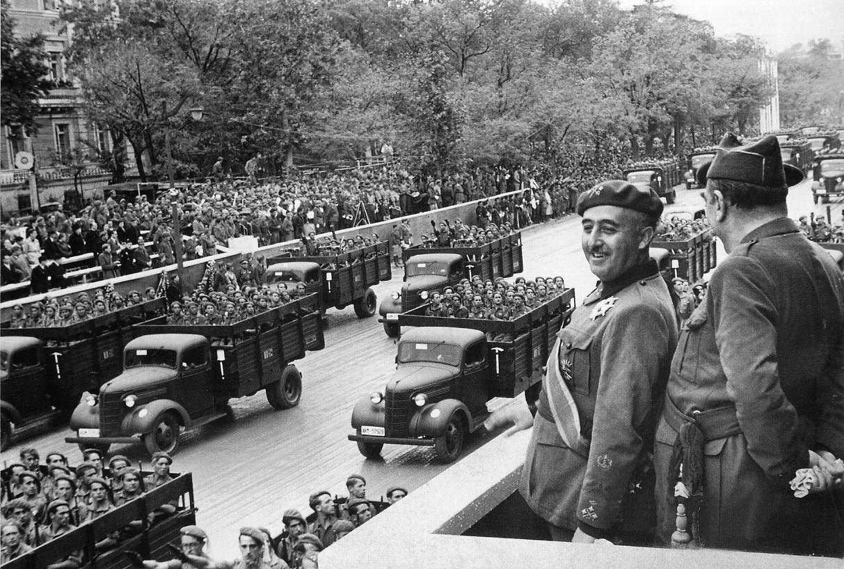 General Franco spremlja mimovoz vojakov.
