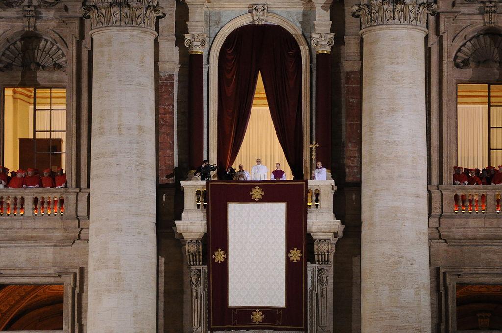 Novi papež zvečer 13. marca 2013 pozdravlja zbrano množico zbrano na Trgu svetega Petra z lože Bazilike in podeljuje svoj prvi blagoslov »urbi et orbi«. Foto: Wikimedia
